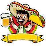 Mexikanischer Mann, der ein kaltes Bier und einen Taco hält Lizenzfreie Stockfotos