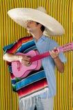 Mexikanischer Mann serape Poncho Sombrero, der Gitarre spielt Lizenzfreie Stockfotos