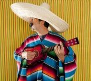 Mexikanischer Mann serape Poncho Sombrero, der Gitarre spielt Lizenzfreies Stockfoto