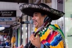 Mexikanischer Musiker Busking auf der Straße Lizenzfreies Stockfoto