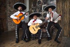 Mexikanischer Musikermariachi versehen mit einem Band Lizenzfreie Stockbilder