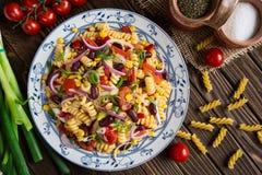 Mexikanischer Nudelsalat mit roter Bohne, Mais, Tomate, Zwiebel und Pfeffer Stockbild