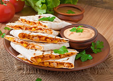 Mexikanischer Quesadilla geschnitten mit Gemüse Stockfotos