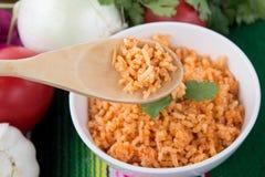 Mexikanischer Reis mit buntem Hintergrund stockbild