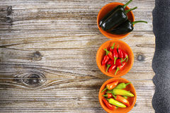 Mexikanischer scharfer Paprika pfeffert bunten Mischung Jalapeno auf orange Schüsseln lizenzfreie stockbilder