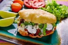 Mexikanischer Taco Gordita gefüllt mit Pastorfleisch stockfotografie