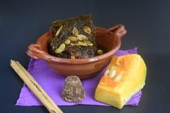 Mexikanischer traditioneller Kürbisbonbon gemacht mit piloncillo und cinammon auf einem Tongefäß, bekannt als calabaza en-tacha Lizenzfreies Stockbild