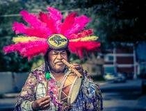 Mexikanischer traditioneller Musiker, der an der Straße durchführt Stockfotografie