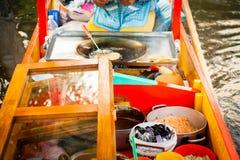 Mexikanischer Verkäufer des Lebensmittels auf Xochimilco-Gondel trajinera Lizenzfreie Stockfotografie