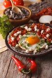 Mexikanisches Frühstück: huevos rancheros Nahaufnahme vertikal Stockfotografie