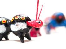 Mexikanisches hölzernes Spielzeuggleiskettenfahrzeug lizenzfreie stockfotografie