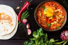 Mexikanisches Lebensmittel - huevos rancheros Eier pochiert in der Tomatensauce Lizenzfreie Stockfotografie