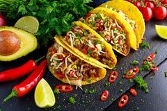 Mexikanisches Lebensmittel - köstliche Tacooberteile mit Rinderhackfleisch und Haus machten Salsa stockfotos