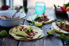 Mexikanisches Lebensmittel-selbst gemachte Tortilla-Tacos mit Pico de Gallo Grilled Chicken und Avocado Stockfotos