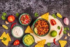 Mexikanisches Nahrungsmittelkonzept: Tortillas, Nachos mit Guacamolen, Salsa stockfoto