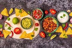 Mexikanisches Nahrungsmittelkonzept: Tortillas, Nachos mit Guacamolen, Salsa stockfotos