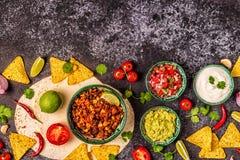 Mexikanisches Nahrungsmittelkonzept: Tortillas, Nachos mit Guacamolen, Salsa lizenzfreie stockbilder