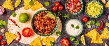 Mexikanisches Nahrungsmittelkonzept: Tortillas, Nachos mit Guacamolen, Salsa stockbilder