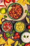 Mexikanisches Nahrungsmittelkonzept: Tortillas, Nachos mit Guacamolen, Salsa lizenzfreies stockfoto