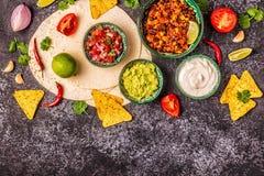 Mexikanisches Nahrungsmittelkonzept: Tortillas, Nachos mit Guacamolen, Salsa stockfotografie