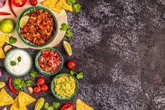 Mexikanisches Nahrungsmittelkonzept: Tortillas, Nachos mit Guacamolen, Salsa stockbild