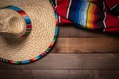 MexikanSerape filt på wood bakgrund arkivbilder
