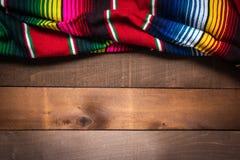 MexikanSerape filt p? wood bakgrund royaltyfria bilder