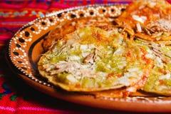 Mexikansk mat för Chalupas poblanas i Mexiko - kryddig stad royaltyfri bild