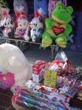 Mexiko: Angefüllter Spielzeugfrosch des Valentinsgruß-Tagesstraßenstalls Stockfotografie
