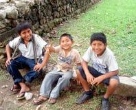 MEXIKO CITY, MEXIKO - 11. März 2016: Nicht identifiziertes mexikanisches Kinderspiel in der Straße lizenzfreie stockbilder