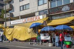 MEXIKO CITY, MEXIKO - FEBRUAR, kaufen 9 2015 Menschen, die in der Straße kaufen Stockbild