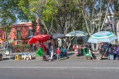 MEXIKO CITY, MEXIKO - FEBRUAR, kaufen 9 2015 Menschen, die in der Straße kaufen Lizenzfreies Stockfoto