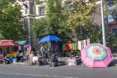 MEXIKO CITY, MEXIKO - FEBRUAR, kaufen 9 2015 Menschen, die in der Straße kaufen Stockfotos