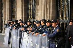 Mexiko City, Mexiko - 24. November 2015: Mexikanische Polizeibeamten in der Schutzausrüstung außerhalb des Gebäudes in Zocalo-Qua Stockfotos