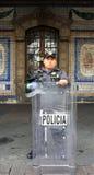 Mexiko City, Mexiko - 24. November 2015: Mexikanischer Polizeibeamte mit voller Schutzausrüstung und Schild in Zocalo-Quadrat, Me Lizenzfreies Stockfoto