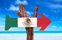 Mexiko-Flaggenholzschild mit einem Strand auf Hintergrund Stockbilder