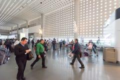 MEXIKO - 19. OKTOBER 2017: Internationaler Flughafen Mexiko City Benito Juarez Airport Abfahrtbereich Duty-free-Shops Lizenzfreies Stockbild