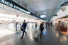 MEXIKO - 19. OKTOBER 2017: Internationaler Flughafen Mexiko City Benito Juarez Airport Abfahrtbereich Duty-free-Shops Lizenzfreie Stockfotos