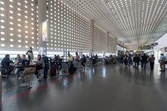 MEXIKO - 19. OKTOBER 2017: Internationaler Flughafen Mexiko City Benito Juarez Airport Abfahrtbereich Duty-free-Shops Stockfoto