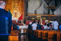 MEXIKO - 20. SEPTEMBER: Hauptaltar während der Masse für die Erdbebenopfer an der Basilika unserer Dame Guadalupe Stockbild