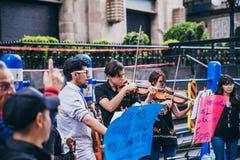 MEXIKO - 20. SEPTEMBER: junge Erwachsene, welche die Ausführung mit Violinen auf der Straße, zum des Geldes für die Erdbebenopfer lizenzfreie stockbilder