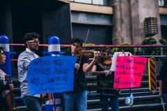 MEXIKO - 20. SEPTEMBER: junge Erwachsene, welche die Ausführung mit Violinen auf der Straße, zum des Geldes für die Erdbebenopfer stockbild