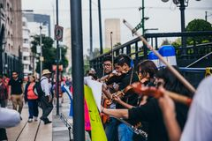 MEXIKO - 20. SEPTEMBER: junge Erwachsene, welche die Ausführung mit Violinen auf der Straße, zum des Geldes für die Erdbebenopfer lizenzfreie stockfotografie