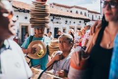 MEXIKO - 22. SEPTEMBER: Kaufmann, der einen großen Stapel von Hüten auf t trägt lizenzfreie stockbilder