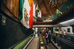 MEXIKO - 20. SEPTEMBER: Leute an der Basilika unserer Dame Guadalupe der Tag nach dem Erdbeben Stockbild