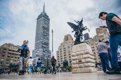 MEXIKO - 20. SEPTEMBER: Menge von Leuten am Palast der Piazzas der schönen Künste mit dem lateinamerikanischen Turm im Hintergrun lizenzfreies stockfoto