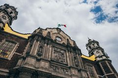 MEXIKO - 20. SEPTEMBER: Mexikanische Flagge auf alter Basilika unserer Dame Guadalupe der Tag nach dem Erdbeben Stockfotos