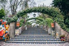 MEXIKO - 20. SEPTEMBER: Tepeyac-Hügel hinter Basilika von Guadalupe Square Mexiko-Stadt Stockfotos