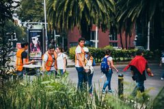 MEXIKO - 20. SEPTEMBER: Zivilleute, die sich freiwillig erbieten zu helfen, Erdbebenopfer zu retten Lizenzfreies Stockbild