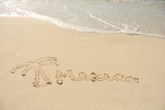 Mexiko und eine Palme gezeichnet in Sand auf Strand Lizenzfreies Stockfoto